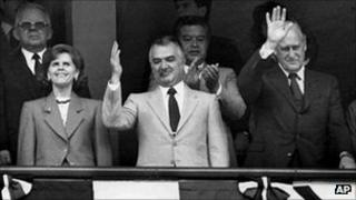 Miguel de la Madrid waves to the crowd at the opening ceremony of the 1986 football Word Cup in 1986, flanked by his wife Paloma and FIFA president Joao Havelange