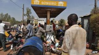 Residents queue at a petrol station to buy fuel on 3 April 2012 in Bamako