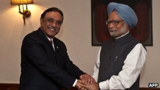 Pakistani President Asif Ali Zardari (left) and Indian Prime Minister Manmohan Singh meet in Delhi on 8 April 2012