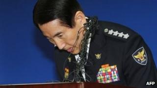Cho Hyun-oh resigns in Seoul on 9 April 2012