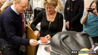 Minister Lena Adelsohn Liljeroth cutting the cake