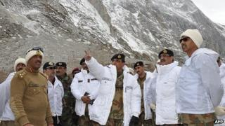 Gen Ashfaq Kayani (C) visiting the Siachen glacier