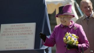 Queen and Duke of Edinburgh with plaque