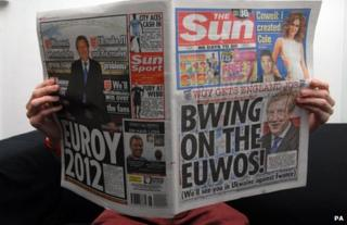 """A man reads a copy of the Sun with the headline """"Bwing on the Euwos!"""""""