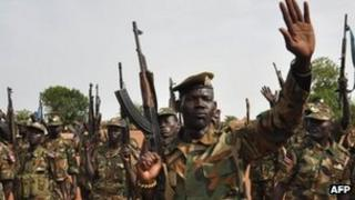 A soldiers from South Sudan gestures at a base near Bentiu (Archive shot - April 2012)