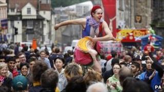 Performer on Royal Mile on last day of the Fringe festival