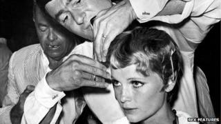 Vidal Sassoon cutting Mia Farrow's hair