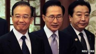 Chinese Premier Wen Jiabao (L), South Korean President Lee Myung-bak (C) and Japanese Prime Minister Yoshihiko Noda at a Beijing press conference, 13 May 2012