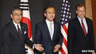South Korea's chief nuclear envoy Lim Sung-nam (C), his Japanese counterpart Shinsuke Sugiyama (L) and the US special envoy for North Korea policy Glyn Davies at the foreign ministry in Seoul 21 May, 2012
