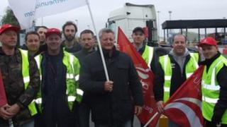 Unite union members of EDC on the picket line at Tilbury docks