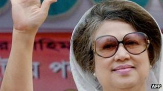 Former Bangladeshi Prime Minister and leader of the Bangladesh Nationalist Party (BNP) Khaleda Zia waves to supporters during a rally organized by a four party outgoing ruling alliance in Dhaka, 19 December 2006.