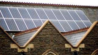 Paneli solar ar eglwys