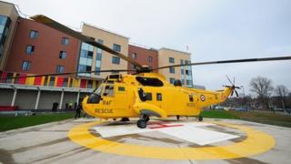 Hofrennydd RAF Fali yn Ysbyty Prifysgol North Staffs yn Stoke.