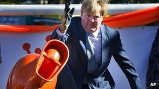 Crown Prince Willem-Alexander hurling toilet, 30 Apr 12