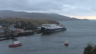 MV Hebrides aig cidhe an Tairbeirt