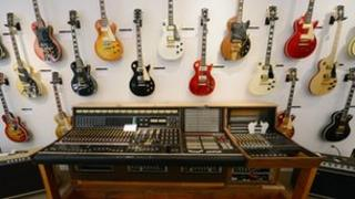 Auction of vintage guitars and music equipment owned by guitar maker Les Paul