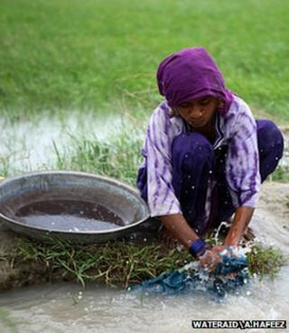 Girl washing clothes (WaterAid/A.Hafeez)