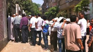Men queue to vote in Shubra, Cairo (16 June 2012)