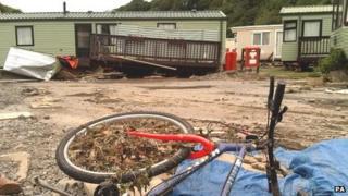 Parc Carafannau Riverside ger Llandre, Aberystwyth gafodd ei effeithio gan y llifogydd ym mis Mehefin