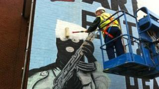 The mural is being replaced by a gable-wall sized portrait of William of Orange