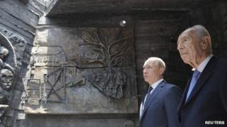 Vladimir Putin (L) and Shimon Peres at the Netanya memorial , 25 June