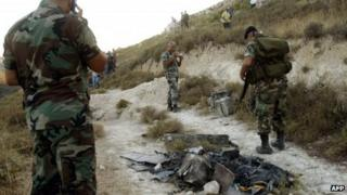 Lebanese soldiers inspect an alleged Israeli spying device (2 July 2012)