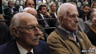 Former Argentine military leaders Jorge Videla (l) and Reynaldo Bignone (r) during their trial in a courthouse in Buenos Aires on 5 July, 2012