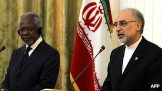Kofi Annan and Iranian FM Ali Akbar Salehi at a joint press conference in Tehran