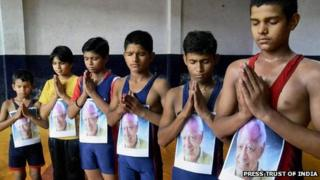 Young wrestlers pay tribute to Dara SIngh in Moradabad on 12 July 2012