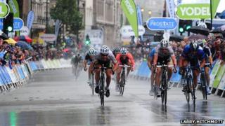 Sprint finish in the London stage of the Tour of Britain 2011
