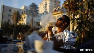 Palestinian man smokes a sheesha in Ramallah (4 July 2012)