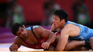 "India's Sushil Kumar (L) wrestles Japan""s Tatsuhiro Yonemitsu in their Men""s 66kg Freestyle gold medal match on August 12, 2012 during the wrestling event of the London 2012 Olympic Games"