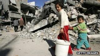 Palestinian civilians survey the damage in the Jabaliya refugee camp near Gaza City (9 January 2009)