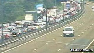 M4 Brynglas tunnel accident at Newport causes delays - BBC News