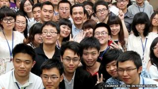 Taiwanese President Ma Ying-jeou (centre) poses for a photo with a group of Chinese students in Tainan, 28 Apr 2012 (Picture courtesy Chinese Youth International)