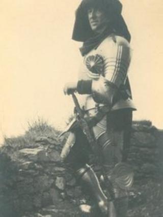 Yr Arglwydd Tommy Howard de Walden yn gwisgo arfwisg