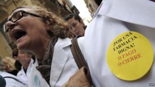 Chemist demonstrating in Valencia