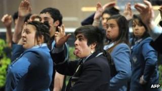 Dangosodd arolwg yn 2001 bod 29,000 o bobl - 9% o boblogaeth y Maori - yn rhugl yn yr iaith