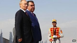 Russian President Vladimir Putin (L) with his Tajik counterpart, Emomali Rakhmon in Dushanbe, 5 October