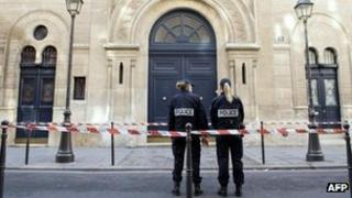French police outside the Nazareth synagogue in Paris (7 Oct 2012)