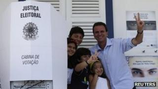 Eduardo Paes posing with his children
