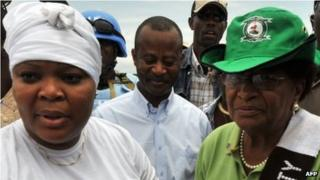 Leymah Gbowee (l) and President Ellen Johnson Sirleaf in 2011