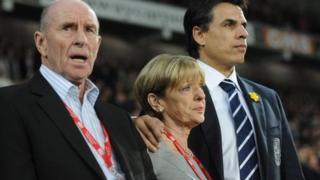 Roger a Carol Speed gyda Chris Coleman yn ystod y gêm deyrnged i Gary Speed