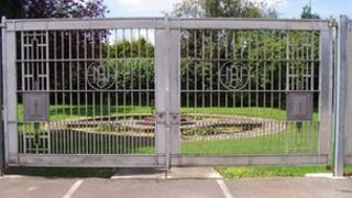 Alcan metal gates