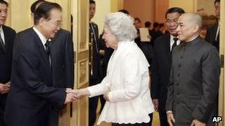 Chinese Premier Wen Jiabao (left) meets Cambodian Queen Mother Norodom Monineath Sihanouk (centre) and King Norodom Sihamoni (right) in Beijing, 15 Oct 2012