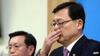 South Korea's Knowledge Economy Minister Hong Suk-woo at a press conference, 5 November