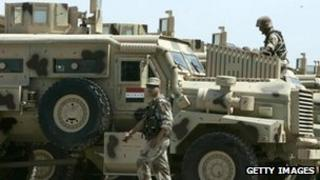 Iraqi army soldiers inspect vehicles at an army base in Taji (31 March 2007)