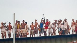 Prisoners on the roof of the Welikada prison (November 2012)