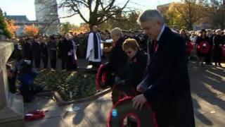 Prif Weinidog Cymru, Carwyn Jones yn gosod torch ger y Gofeb