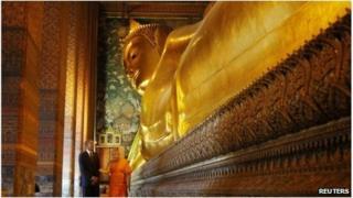 Barack Obama tours the Reclining Buddha at the Wat Pho Royal Monastery in Bangkok, 18 November